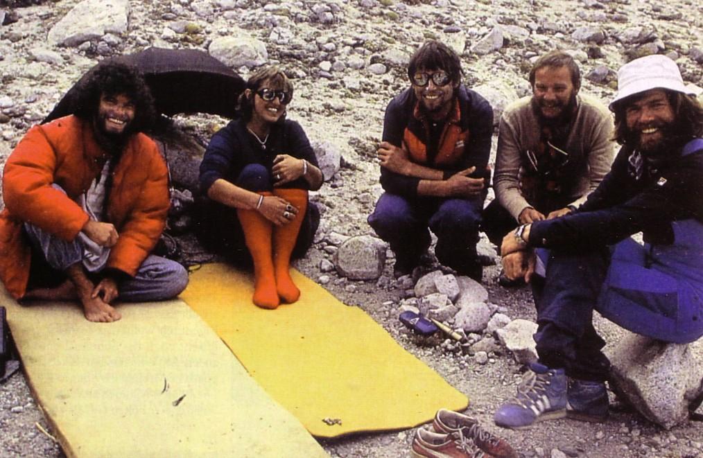 Встреча в базовом лагере: Алекс МакИнтайр, девушка, Войтек Куртыка, Ержи Кукучка, Райнхольд Месснер.